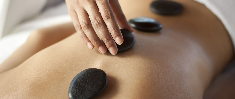 massaggio hot stone | pietre calde | massaggio rilassante | sun lovers group